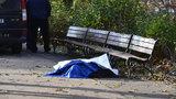 Zima zabíjí: Strážníci se záchranáři bojovali o život bezdomovce přes hodinu, nakonec však marně