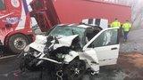 Děsivá nehoda v Líbeznicích: Řidič BMW předjížděl v mlze, čelně se srazil s náklaďákem