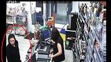 Ženě v bezvědomí ukradli kartu, tato slečna s ní pak platila. Poznáte ji?