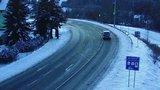 Sníh se vrací a napadne až 20 cm. Už teď komplikuje dopravu