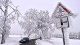 Dopravu v Česku komplikuje sníh a ledovka: Silničáři nabádají k opatrnosti