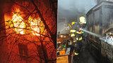 V Praze 2 vyhořel byt. Hasiči evakuovali sedm lidí, psa a kočku