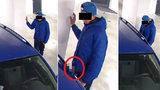 Úchyl s vytaženým penisem znásilnil škodovku, úd jí strkal do kliky od dveří