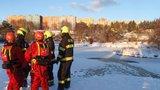 Dva muži a chlapec (12) se propadli do ledu na rybnících: Jeden mrtvý