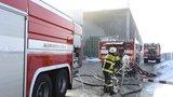 Místo hašení fabriky si pracovníci požár točili. Co dalšího potkalo hasiče v roce 2017?