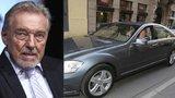 Gott nesmí bez prohlídky sednout za volant: V garáži mu stojí mercedes za 2 miliony