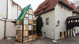 Jan Hus by zíral: Před Betlémskou kaplí v Praze stojí sauna