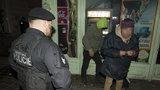 Squatteři obývali opuštěnou školku. Strážník na ně vytáhl obušek, stíhá ho policie