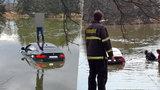 Luxusní BMW utopil v rybníce: Na záchranu u Čejkovic čekal na střeše