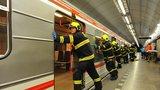 Pod vagon metra spadl muž (†40): Mezi Kačerovem a Háji se zastavil provoz