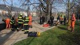 Mladý pár spadl z opěrné zdi na břeh Vltavy. Vyprošťovali ho hasiči