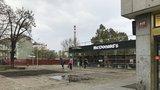 Od metra v Holešovicích zmizely legendární stánky. Nabízely jídlo i levné oblečení