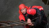 Muž (49) uvízl na žebříku ve Vltavě: Podchlazeného vyprošťovali hasiči