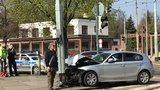 Zdrogovaný řidič (28) ujížděl Prahou 3 před policií. Pak narazil do sloupu
