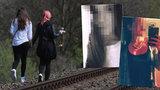 Tragédie u Mlékojed: S dívkami byl na kolejích někdo třetí, popsal svědek