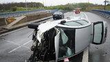 Hrozivá nehoda na Jižní spojce: Řidič převrátil auto, poté skončil v nemocnici