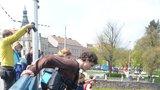 Studenti v Hradci skočili z mostu do řeky, dostali to jako úkol