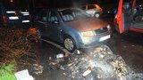 V Praze řádil žhář: V noci zapálil 14 popelnic, oheň poškodil zaparkované auto