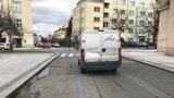 Trik řidičů, jak obelstít modré zóny: Stojí vedle nich. Co na to strážníci?