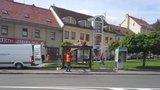 Zbraslav vyměňuje »polozničené« zastávky autobusů: Lidé se dočkají i nových chodníků