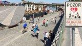 Cyklistům na náplavce překáží chodci: Přitom není cyklostezkou, ale pěší zónou