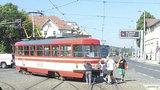 Pražané jako jeden muž: Odtlačili porouchanou tramvaj, aby nepřekážela