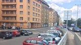 Parkovací zóny v Praze se rozšiřují. Ceny klesnou i o tisíce korun