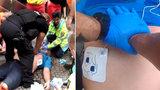 Takhle strážník oživoval muže na Můstku! Neuvěřitelné záběry, jak ho přivedl k životu