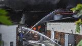Obří požár skladu hořlavin Severochema v Liberci: Jeden zraněný