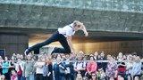"""Bylo to o pusu. """"Šílení"""" akrobati zahájili festival Praha žije hudbou"""