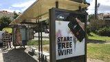 Internet na wi-fi zastávkách je rychlejší než doma. Stáhnete tu i filmy