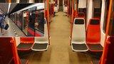 Na lince C jezdí první metro s plastovými sedačkami. Mají bílou a červenou barvu