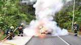 Nehoda na Sokolovsku: Auto začalo hořet přímo za jízdy, řidič sotva stihl utéct
