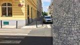 """Lidé v Praze 7 si ťukají na čelo: Co dělá v červnu """"posyp"""" na chodnících?"""