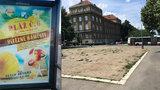 V jakých dnech bude otevřená pláž v Praze 6? Plakáty hlásají něco jiného než radnice