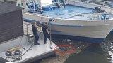 Mrtvola mezi odpadky ve Vltavě: Tělo z vody vytáhli policejní potápěči