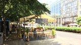 Krok k oživení veřejného prostoru: Restaurace v Praze 9 nemusí platit za zábor prostranství