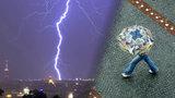 Žena s deštníkem, kterou zasáhl blesk, zemřela. Je první obětí letošních bouřek