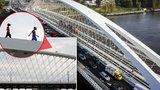 Šílené foto: Děti se procházely po vrchní konstrukci Trojského mostu! Dostat se tam může každý