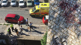 Zakrvácený chodník v Podolí. Žena (74) šla z nákupu, muž ji dlažební kostkou praštil do hlavy