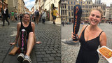 Dívka (23) bez nohy putuje Evropou: Města si píše na protézu křídou. Byla i v Praze