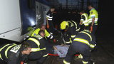 Hasiči zpod vlaku »tahali« zaklíněnou osobu: Vlak ji srazil v tunelu u hlavního nádraží
