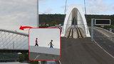 Magistrát uvažuje o zábranách na Trojském mostě. Po oblouku se procházely děti