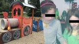 Eliška (9) a Monika (6) zmizely z dětského hřiště! Noc strávily v dřevěném vláčku