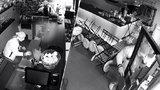 Maskovaný zloděj se vloupal do kavárny na Ládví: Sebral peněženku se 4 tisíci
