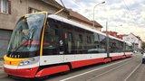 V Holešovicích se srazila tramvaj s autem, MHD jezdila odklonem. Muž a žena se zranili