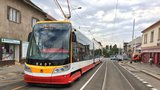 """VIDEO: Netradiční úkaz na kolejích: Tramvajáci si na Bulovce předávají """"štafetu"""""""