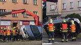 Zaklíněná auta zablokovala magistrálu směrem na Brno, hasiči museli použít jeřáb