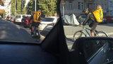 """Kurýr v Praze převážel syna v batohu na zásilky: """"Děti nepřepravujeme,"""" říká firma"""