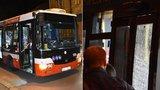Střílel muž (21) po autobusu v Radotíně? Došlo tam ke konfliktu kvůli psovi